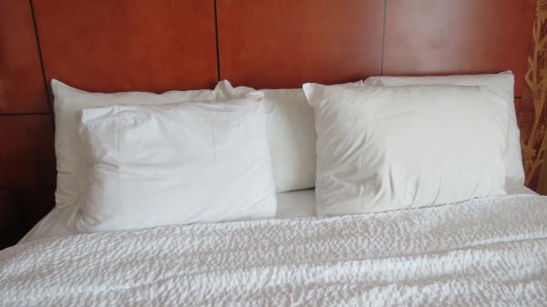 Queen bed at Courtyard Marriott Niagara Falls