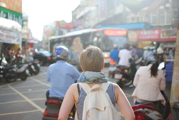 Woman travelling, photo Steven Lewis 342 on Unsplash