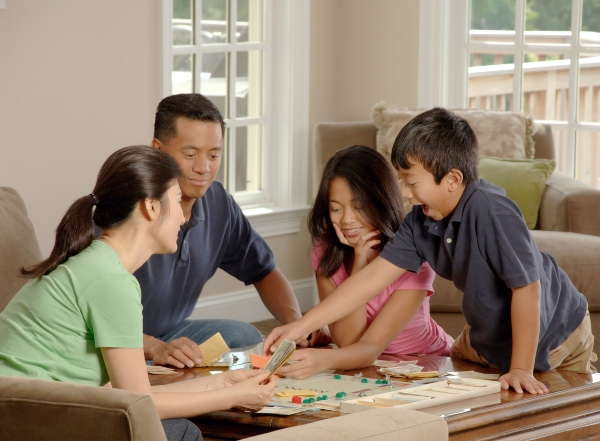 A family enjoys playing a board game, photo by National Cancer Institute -xDSD3Vmzh70-unsplash